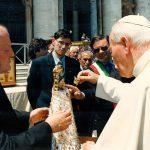 San Giovanni Paolo II incorona la statua della Madonna delle Grotte, 1997
