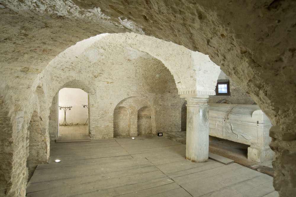 Cripta dell'abbazia con il sarcofago